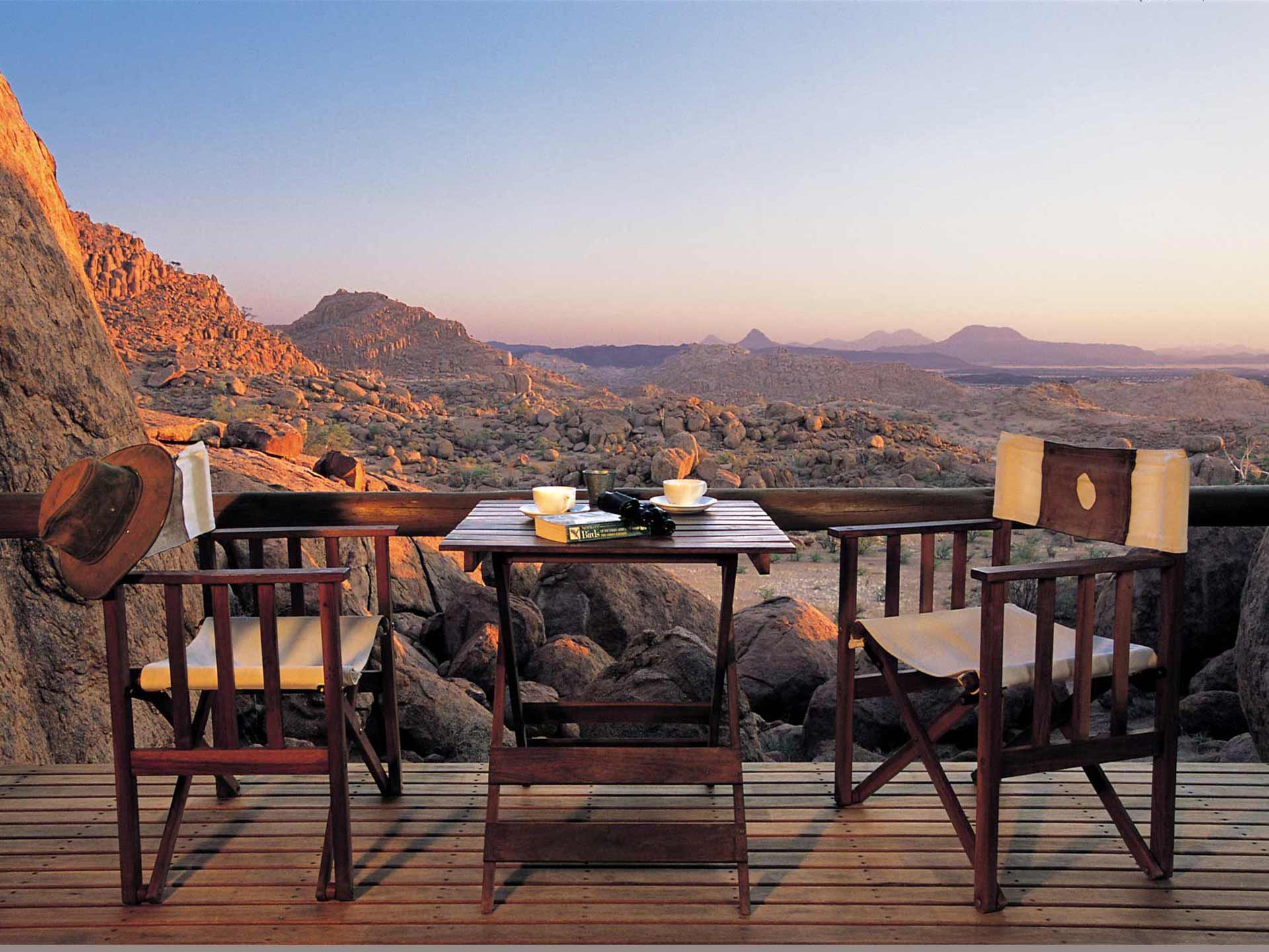 Mowani Mountain Camp im Damaraland Tisch Kaffee Sonnenuntergang Namibias Norden