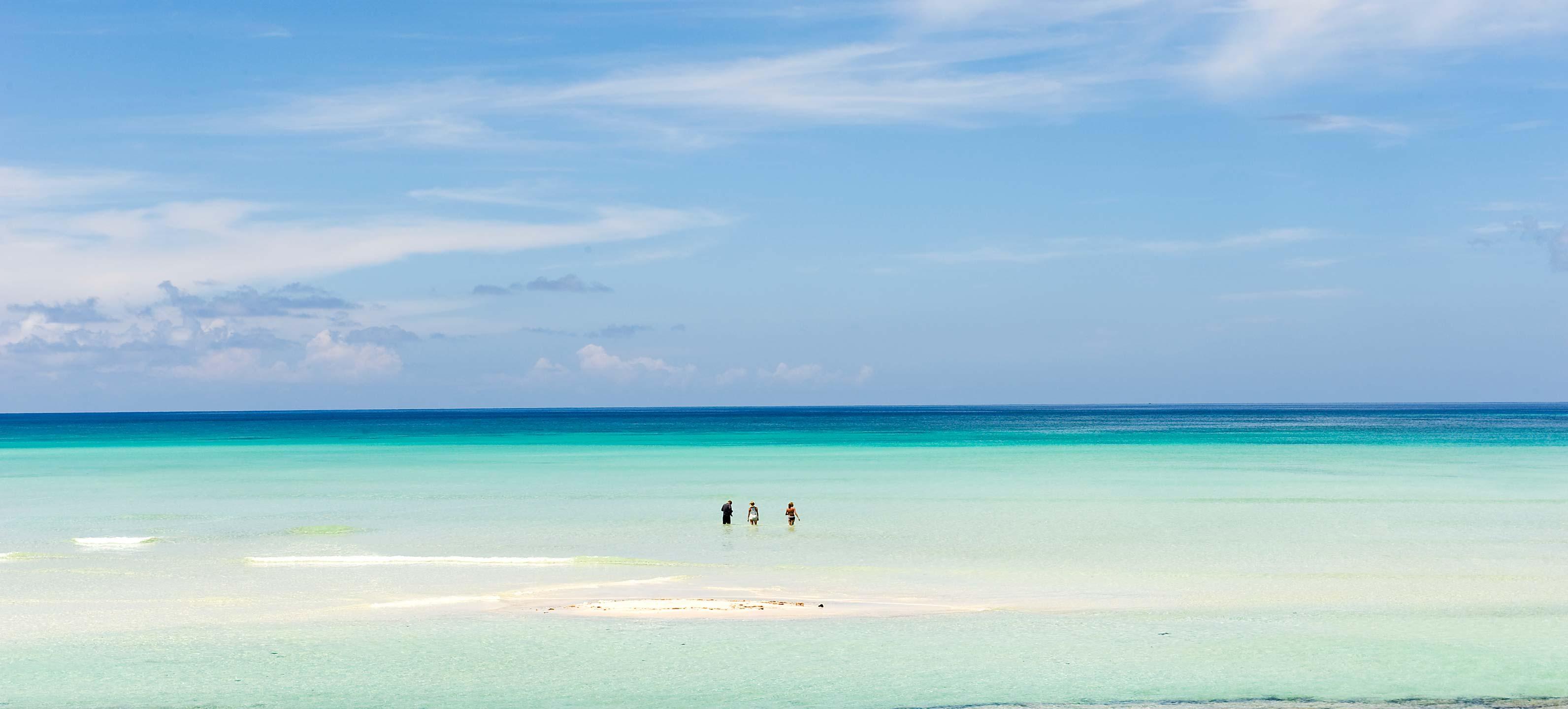 Strand und Badeurlaub in Vamizi Insel Mosambik Strandspaziergang Indischer Ozean